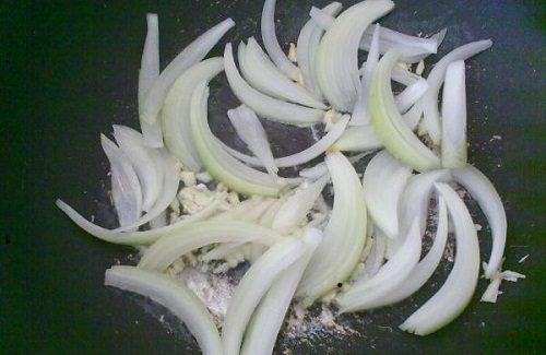 Để hạn chế chứng đầy hơi, bạn cần phải nấu chín hành tây trước khi ăn