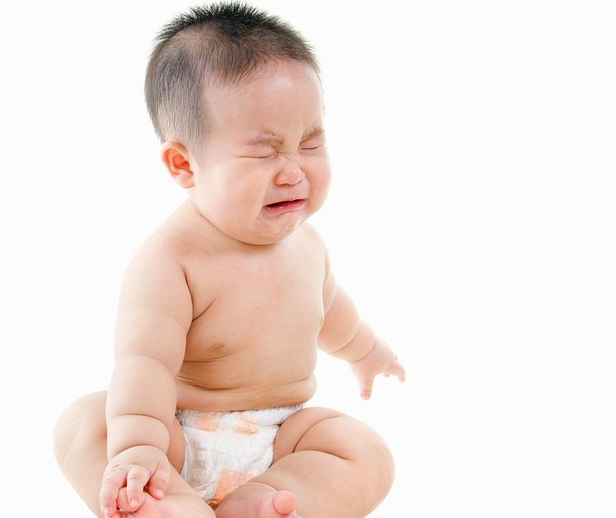 Trẻ 8 tháng tuổi đi ngoài nhiều lần hay quấy khóc