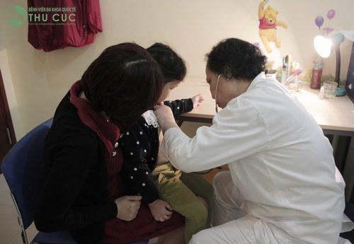 Cha mẹ cần đưa trẻ đi khám bác sĩ khi có dấu hiệu đau bụng để có biện pháp điều trị phù hợp