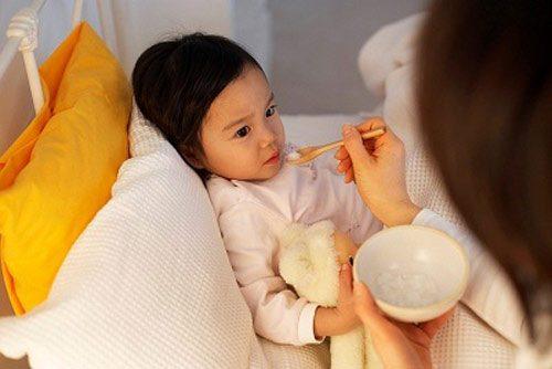 Cha mẹ vẫn cho trẻ uống sữa và ăn bổ sung nhằm cung cấp vitamin và các chất cần thiết cho cơ thể