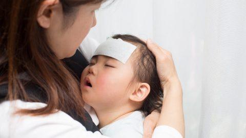 Trẻ bị sốt kéo dài: Nguyên nhân và cách xử trí