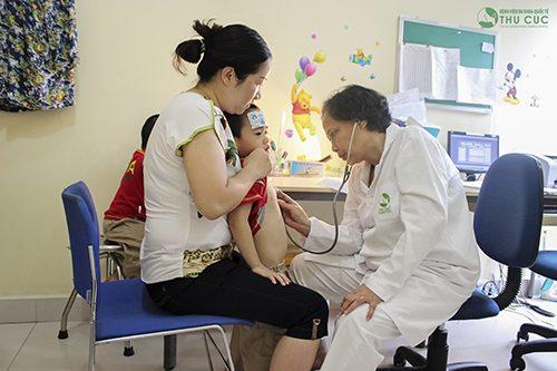 Cha mẹ cần đưa bé đi khám để được chẩn đoán chính xác nguyên nhân và có biện pháp điều trị phù hợp