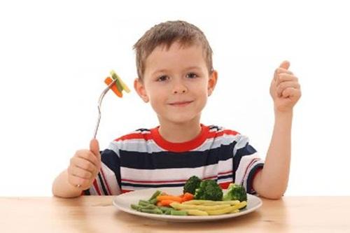 Điều chỉnh chế độ ăn hợp lý cho trẻ để chữa bệnh táo bón.
