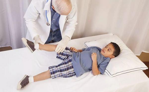 Trẻ cần được thăm khám để có phương pháp điều trị phù hợp
