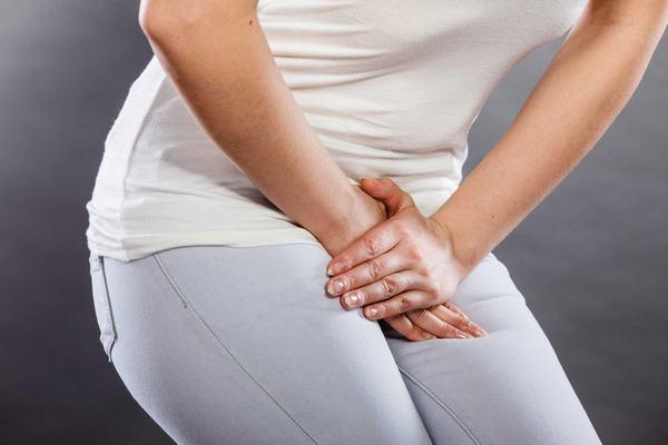 Nữ giới bị nhiễm trùng đường tiết niệu cũng có triệu chứng đau tức bàng quang