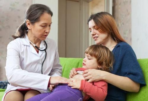 Khi thấy trẻ có những triệu chứng nhiễm vi khuẩn HP cha mẹ cần đưa bé đi khám
