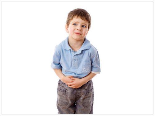 Táo bón là triệu chứng rất hay gặp ở trẻ nhỏ, táo bón không phải là bệnh, mà chỉ là 1 triệu chứng của nhiều bệnh lý khác nhau hoặc chỉ là 1 rối loạn cơ năng (thường gặp nhất). Khi thấy trẻ 2-3 ngày đi vệ sinh một lần, phân cứng, khuôn phân to, thường có màu đen, đau bụng khi đi tiêu và thậm chí có lẫn máu ở đầu phân. Táo bón có thể gây ra những biến chứng nguy hiểm như: viêm ruột, thủng ruột… Do đó, cần được khám và tìm nguyên nhân gây táo bón để có điều trị thích hợp. Khi trẻ bị táo bón nên hạn chế các thực phẩm nhiều dầu mỡ, quá nhiều đạm, không nên uống các loại sữa có nhiều chất béo.