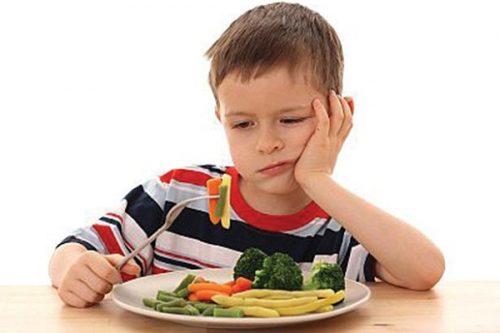 Khi bị rối loạn tiêu hóa trẻ thường kém ăn, lười ăn do ăn vào lại nôn và hệ tiêu hóa hoạt động kém hiệu quả nên khả năng hấp thu và tiêu hóa kém. Nhiều trẻ chỉ uống nước sữa và không chịu ăn cháo, cơm.