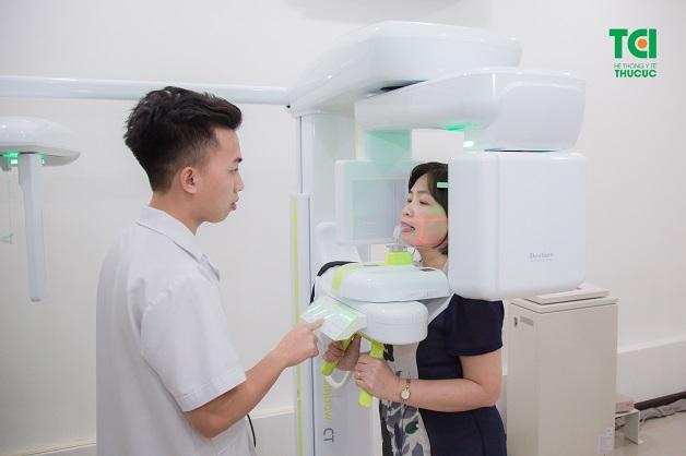 Chụp X Quang răng cho khách hàng trồng răng Implant