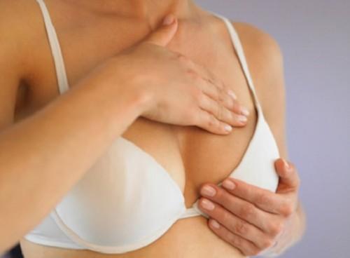 Bệnh nhân có thể sờ thấy các u cục trong tuyến vú
