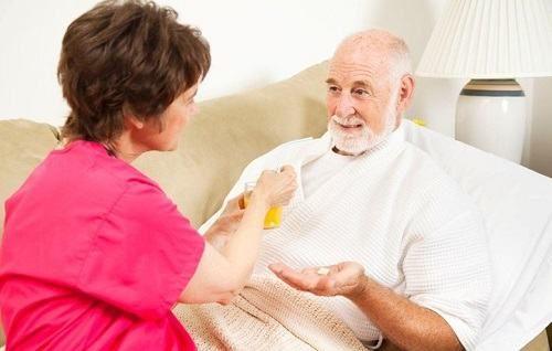 Người bệnh cần được chăm sóc chu đáo trong quá trình điều trị bệnh để cải thiện sớm sức khỏe