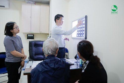 TS. BS Zee Ying Kiat đang tư vấn điều trị ung thư dạ dày cho người bệnh tại bệnh viện Thu Cúc