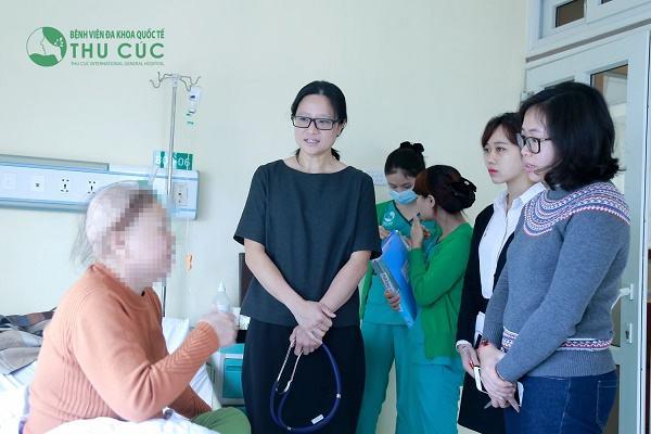 TS. BS See Hui Ti đang thăm hỏi và động viên sức khỏe người bệnh ung thư vú