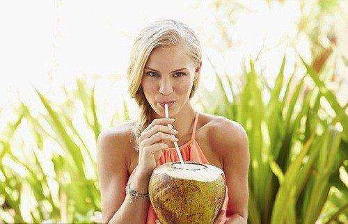 Uống nước dừa có làm kinh nguyệt ra nhiều