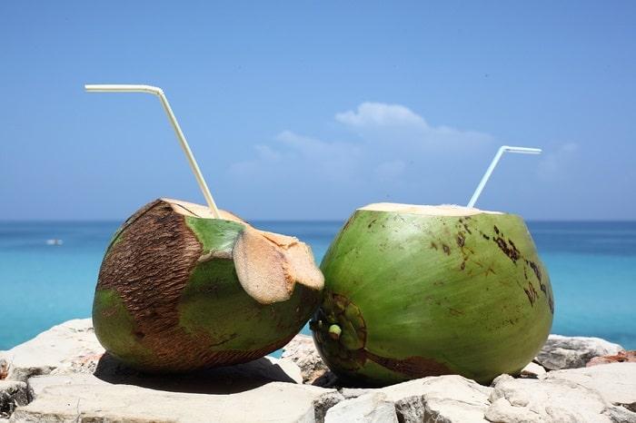 Uống nước dừa nguyên trái sẽ có cảm giác ngon hơn
