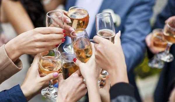Thường xuyên tụ tập rượu bia, làm tăng nguy cơ mắc ung thư ở đường tiêu hóa