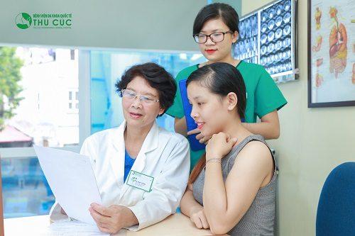 Bác sĩ bệnh viện Thu Cúc đang tư vấn điều trị bệnh cho người bệnh