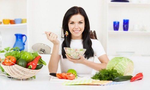 Cần ăn chậm, nhai kỹ và chia nhỏ bữa ăn trong ngày sẽ giúp cải thiện tình trạng ợ hơi, ợ chua