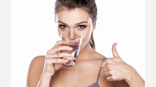 Cần vận động hàng ngày và uống đủ nước cũng giúp khắc phục tình trạng ợ hơi, ợ chua sau khi ăn