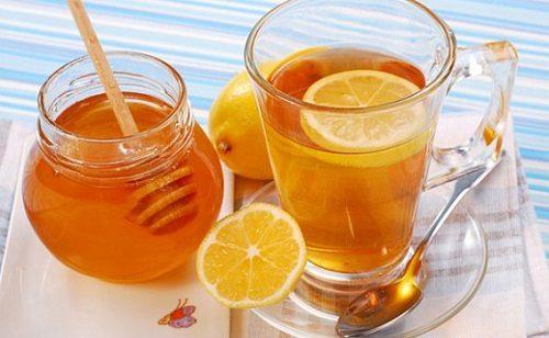 Vì sao nên uống nước chanh và mật ong vào buổi sáng?