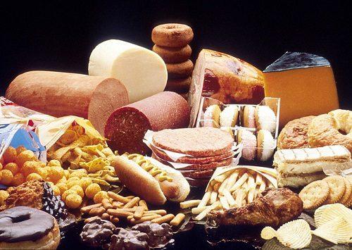 Người bệnh cũng nên hạn chế những thực phẩm béo, chế biến sẵn