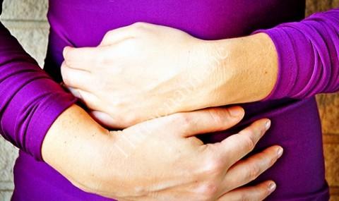 Đau vùng thượng vị là một trong những biểu hiện điển hình của viêm hang vị dạ dày.