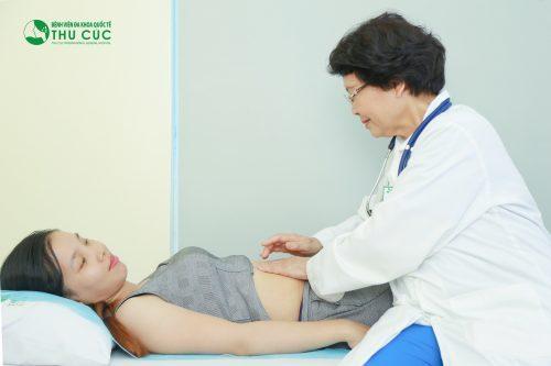 Đau vùng thượng vị là một trong những biểu hiện chính của bệnh viêm hành tá tràng.