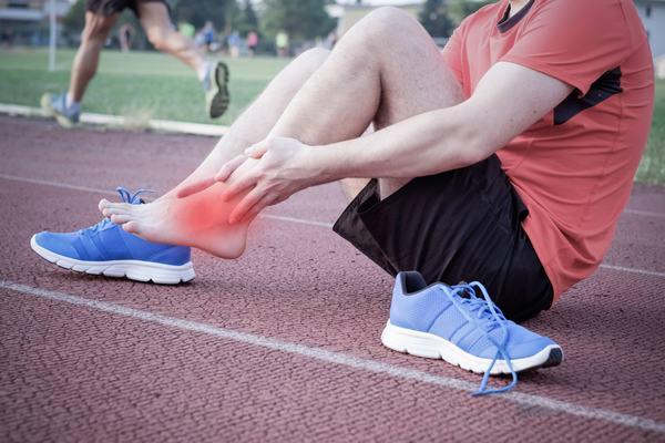Viêm khớp cổ chân có thể do chấn thương trong lao động, vận động