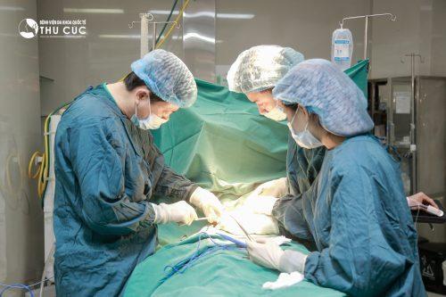 Một ca mổ viêm phúc mạc ruột thừa tại Bệnh viện Đa khoa Quốc tế Thu Cúc.