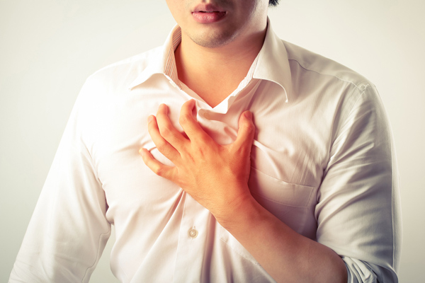 Ợ chua hay nóng rát là biểu hiện thường gặp ở người bệnh viêm thực quản độ a