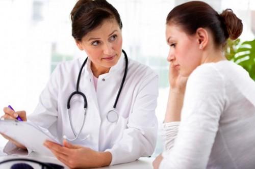 Bạn không nên tự ý dùng thuốc điều trị mà cần sự chỉ định của bác sĩ