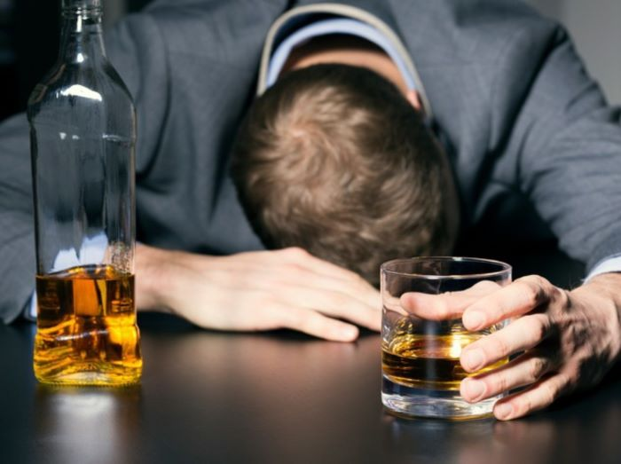 Sinh hoạt không lành mạnh, lạm dụng rượu, bia thuốc lá làm tăng nguy cơ vô sinh nam