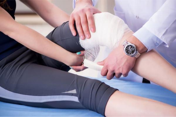 Tùy vào mức độ bệnh, bác sĩ có thể chỉ định bó bột hoặc phẫu thuật