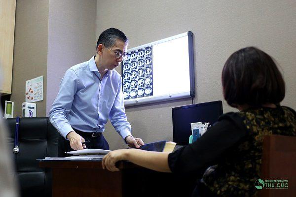 TS. BS Lim Hong Liang trực tiếp lên phác đồ điều trị cho bệnh nhân ung thư vòm họng