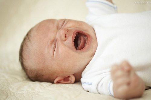 Trẻ sơ sinh dễ mắc xuất huyết dạ dày do sức đề kháng chưa cao, chế độ chăm sóc, ăn uống không hợp lý