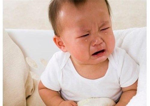 Khi bị xuất huyết dạ dày trẻ sơ sinh sẽ có biểu hiện đau bụng, sốt, đi ngoài ra máu...