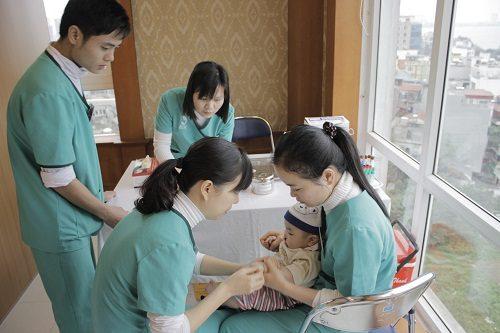 Cha mẹ cần đưa bé tới bệnh viện để khám chữa bệnh xuất huyết dạ dày