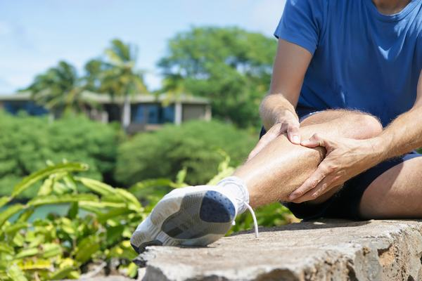 Nguyên nhân gãy xương chày có thể do va đập mạnh hoặc té ngã
