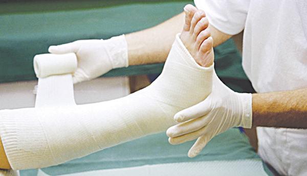 Người bệnh cần tới bác sĩ để được tư vấn phương pháp điều trị gãy xương chày phù hợp