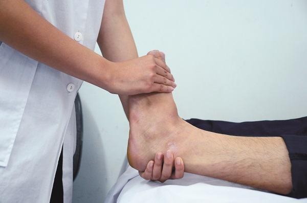 Người bệnh cần tới bệnh viện để có biện pháp khắc phục tình trạng chấn thương ở xương cổ chân