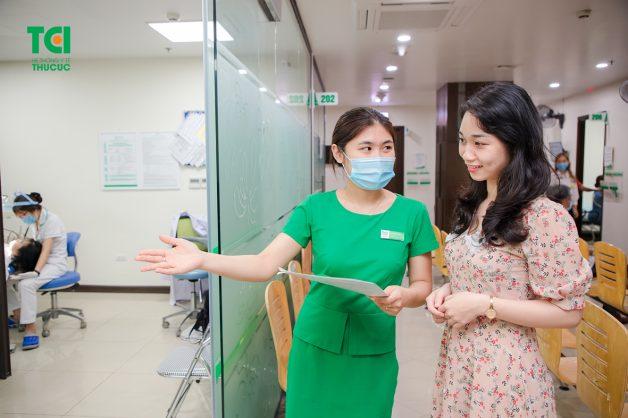 Thăm khám định kỳ giúp bác sĩ có thể kiểm tra mức độ di chuyển của răng và kịp thời xử lý nếu có bất thường