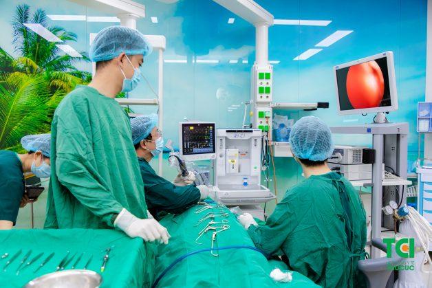 Phẫu thuật chỉnh hình vách ngăn của mũi được thực hiện bằng cách xén sụn và xương vách ngăn niêm mạc để giúp tạo ra một vách ngăn thẳng