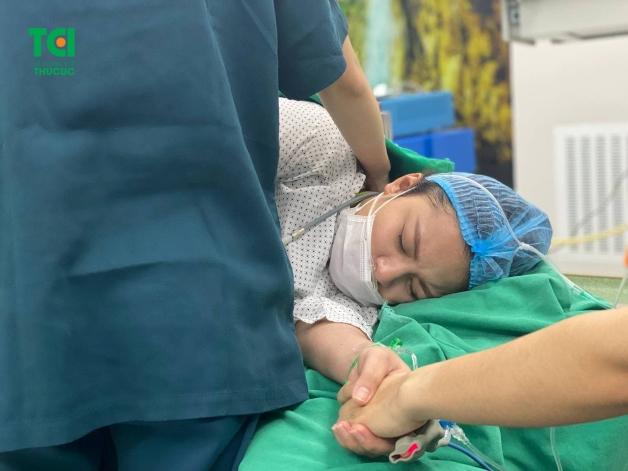 Vợ của Đỗ Duy Nam được bác sĩ ân cần quan tâm trong phòng sinh