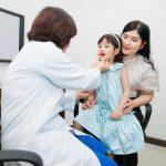 Bé bị viêm họng cấp: Triệu chứng, nguyên nhân và cách điều trị
