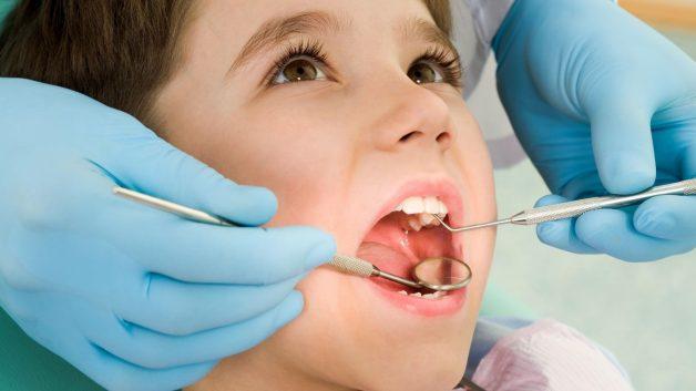 Nếu như sau 3 tuổi mà trẻ chưa mọc đủ răng của mình thì cha mẹ nên cân nhắc đưa trẻ đến nha khoa thăm khám sớm, nắm rõ tình trạng phát triển răng của con