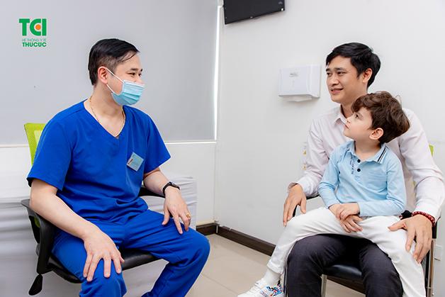 Bệnh tay chân miệng có nguy hiểm không là thắc mắc của nhiều bố mẹ
