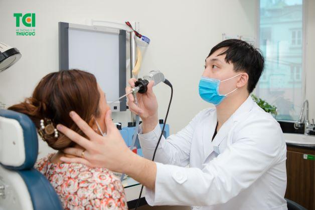 Khi bị viêm xoang người bệnh sẽ có biểu hiện là ũi ngứa khó chịu và hắt hơi liên tục.