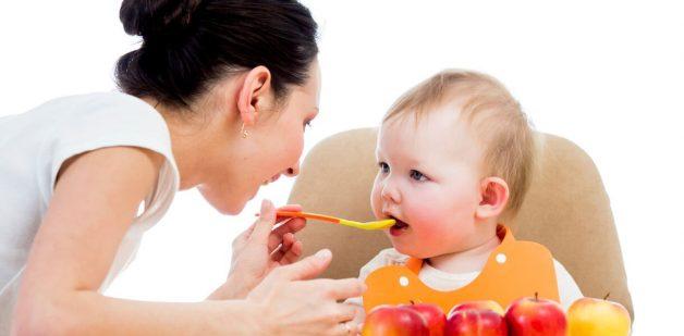 Bố mẹ nên cho trẻ ăn uống đầy đủ chất dinh dưỡng khi trẻ bị viêm phổi