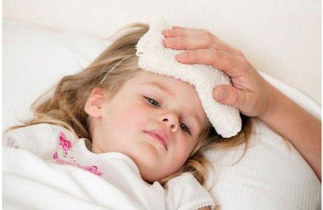 Bố mẹ nên chườm ấm để hạ sốt cho trẻ