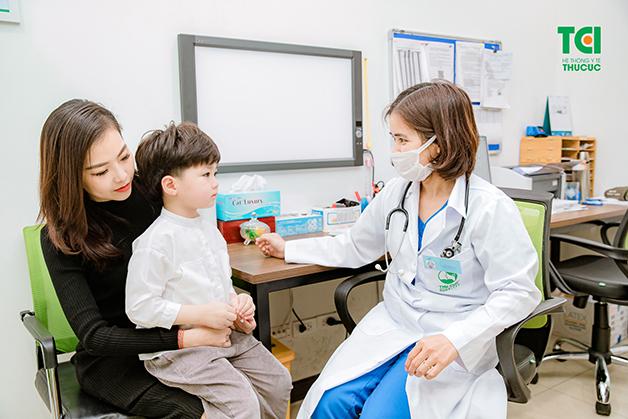Bố mẹ nên đưa con đi khám nếu bé bị ngứa lòng bàn chân